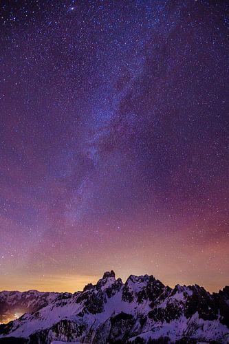 Bergen en Melkweg van Coen Weesjes
