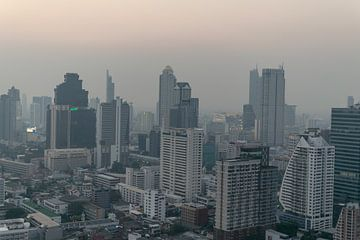 Skyline van Bangkok bij zonsondergang van Bart van Lier