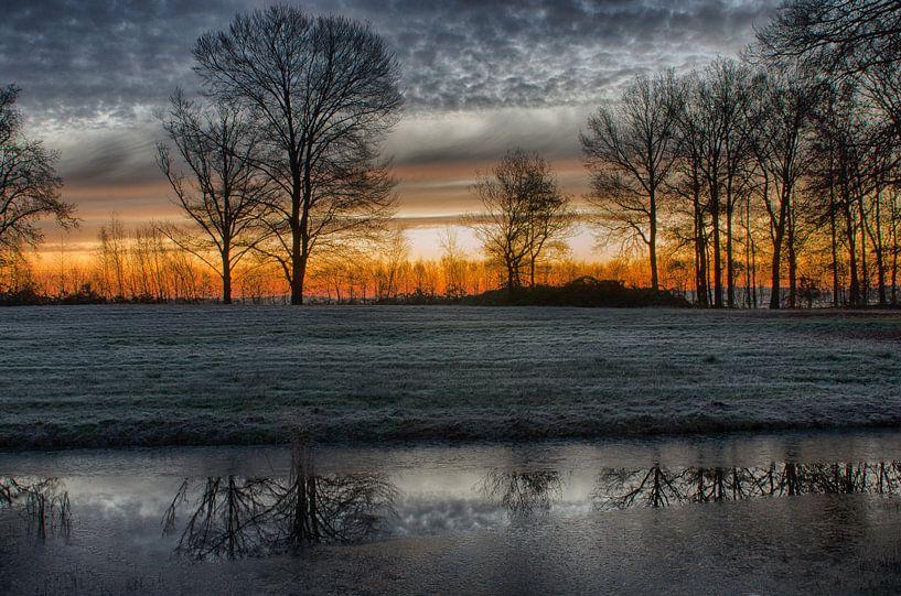 Zonsopkomst in de winterlucht van Mark Bolijn