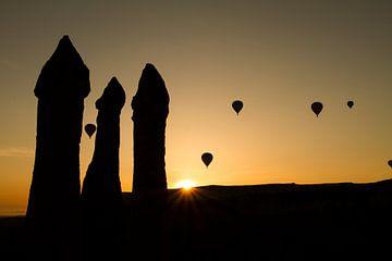 Luchtballonnen  bij zonsopkomst  in Cappadocia, Turkije van Johan Zwarthoed