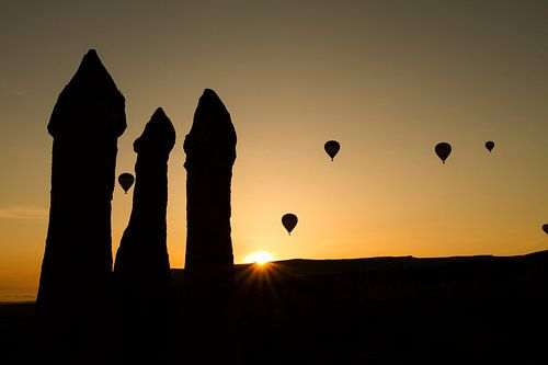 Luchtballonnen  bij zonsopkomst  in Cappadocia, Turkije