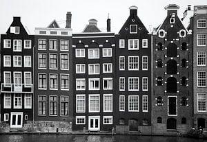 Typisch Hollandse pakhuizen langs de grachten van Amsterdam