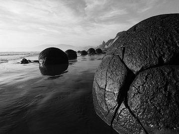 """Buitenaardse """"boulders"""" in Moeraki, Nieuw-Zeeland van J V"""