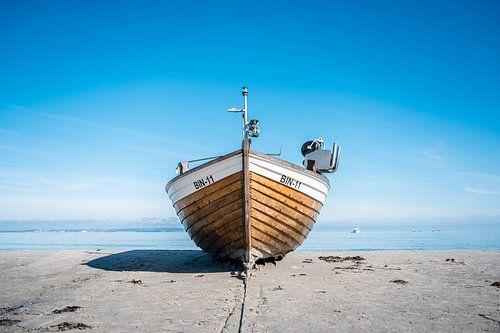 Fischerboot am Ostseestrand im Ostseebad Binz auf der Insel Rügen
