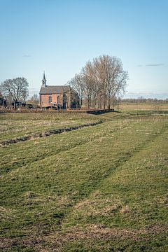 Église protestante sur un monticule dans le village néerlandais de Giessen sur Ruud Morijn