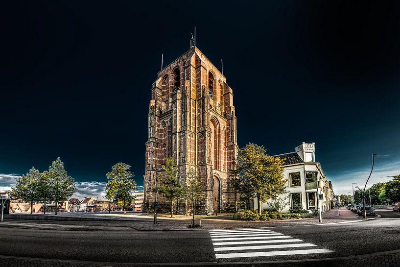 De Oldehove in Leeuwarden in het avondlicht en een donkere lucht van Harrie Muis