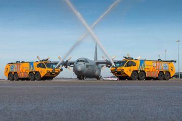 E-one brandweerwagens met een C-130 Hercules transportvliegtuig van Jimmy van Drunen