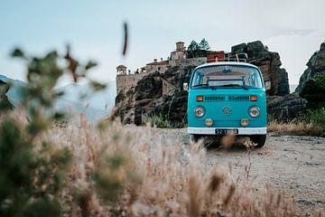 Volkswagen busje bij de kloosters van Meteora in Griekenland   Reisfotografie van Milene van Arendonk