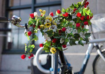 Stuur van een fiets vrolijk versierd met bloemen