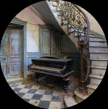 De verlaten piano en de trap van Truus Nijland
