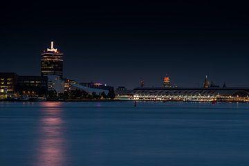 Amsterdamer Turm, EYE-Filmmuseum und Hauptbahnhof im Abendlicht von Wim Stolwerk