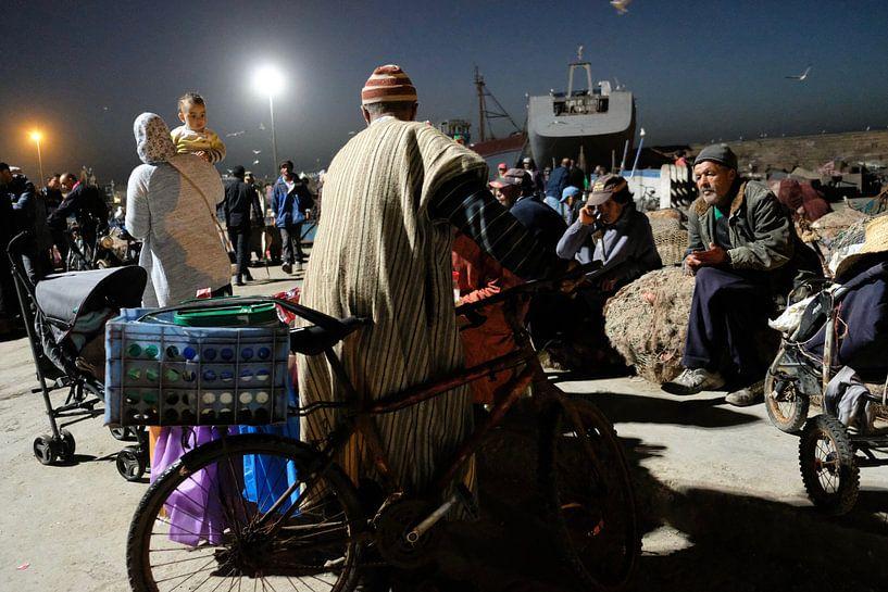 Baby op de vismarkt, 's avonds in Essaouira in Marokko van Ingrid Meuleman