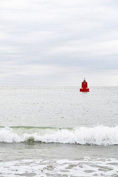 Rote Boje auf dem Wasser | Minimalistische Fotografie von Noraly Sprenkels