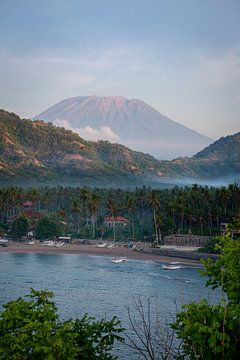 Gunung Agung vanuit Candidasa van Ellis Peeters