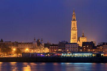 Antwerpen Schelde stadsgezicht in de avond von Dennis van de Water