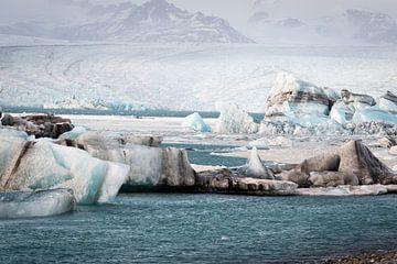 Jökulsárlón gletsjermeer in IJsland van Marcel Alsemgeest