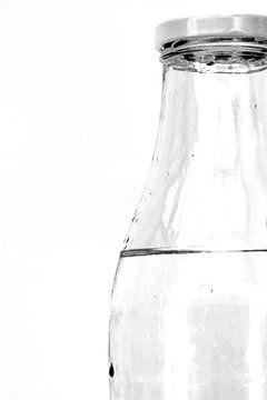 Abbildung eines Ausschnitts einer Wasserflasche in Schwarz-Weiß. von Therese Brals