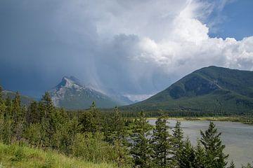 Onweer boven Mount Rundle, Canadese Rocky Mountains van Arjen Tjallema