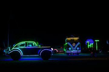 Burning Man  - Nacht - Playa - Artcar - Neon van Annemarie Winkelhagen
