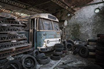 Een oude bus is vergeten en achter gelaten van Steven Dijkshoorn