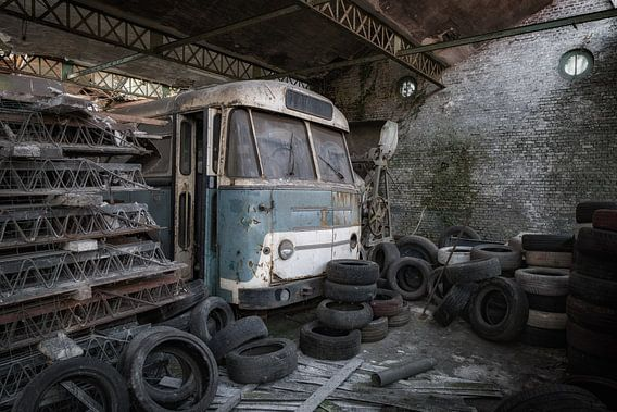 Een oude bus is vergeten en achter gelaten