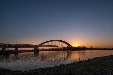 Spoorbrug bij zonsopkomst