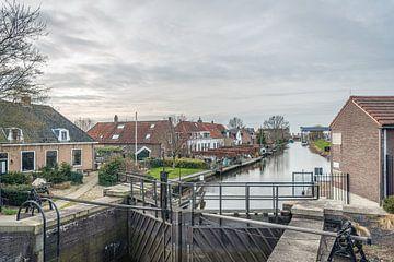 Dorpsgezicht met sluis in het Nederlandse dorp Strijensas van Ruud Morijn