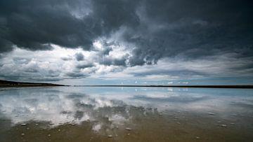 Stormachtige luchten met reflecties op het zand van Remco Piet