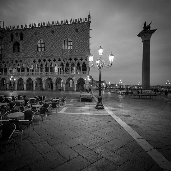 Italië in vierkant zwart wit, Venetië - San Marco plein II van Teun Ruijters