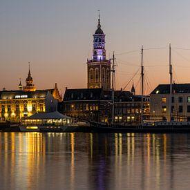 Die Stadt Kampen bei Sonnenuntergang mit der IJssel. von Daan Kloeg
