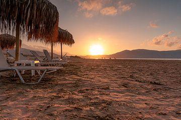 Ligstoelen in de zonsondergang van Christian Klös