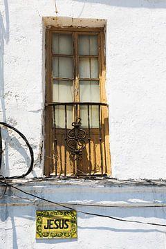 """straatnaam """"Jesus"""" bij oud gebouw in Spanje van Frank Herrmann"""