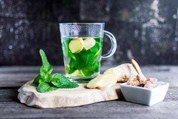 Tee mit frischer Minze und Ingwer