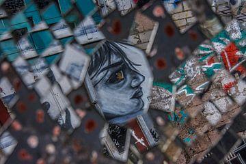 Graffiti in einem zerbrochenen Spiegel von Hugo Braun