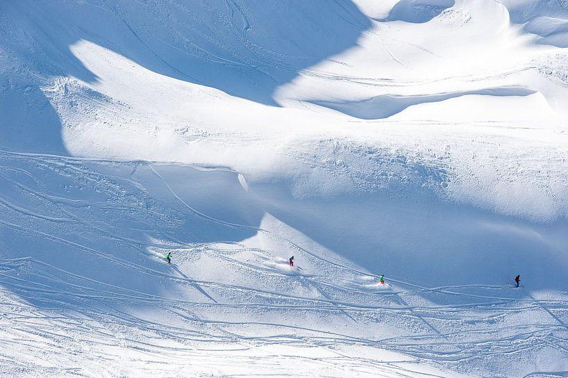 Les skieurs descendent du Titlis sur John Faber