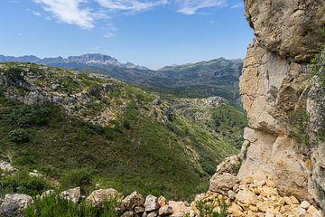 Groen berglandschap en rotsen van Montepuro