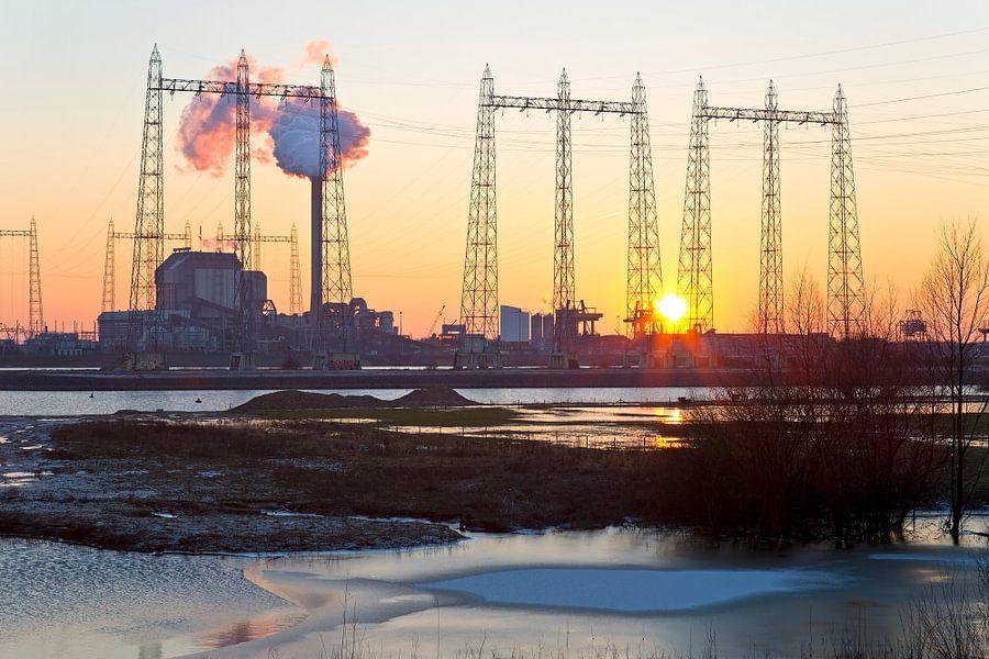Zonsondergang bij de Electrabel centrale 2 te Nijmegen van Anton de Zeeuw