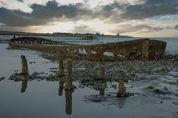 Zonsondergang aan de Waddenzee met een scheepswrak