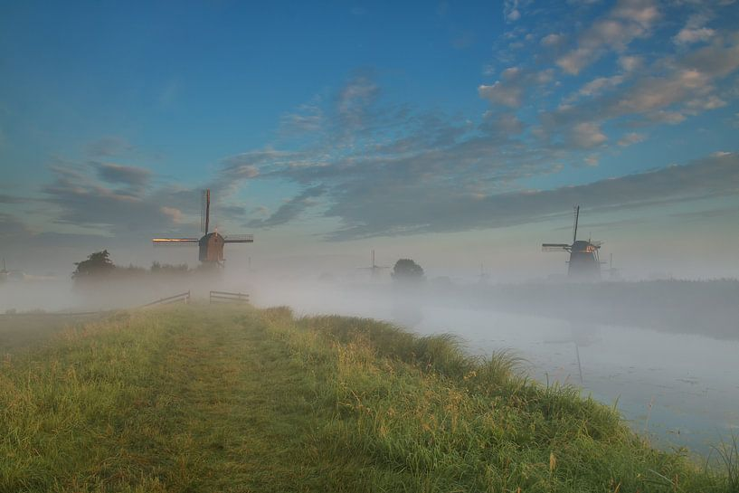 Morning fog in Kinderdijk van Ilya Korzelius