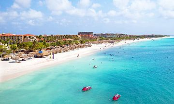 Vue aérienne de la plage d'Eagle Beach à Aruba dans la mer des Caraïbes sur Nisangha Masselink