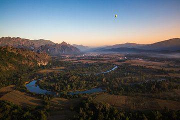 Prachtig uitzicht tijdens een luchtballonvaart in Laos van Yvette Baur