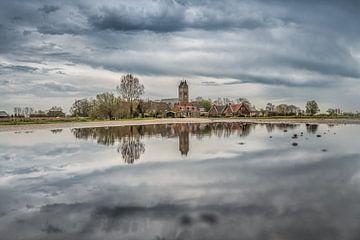 Het Friese dorpje Jorwerd gespiegeld in een plas van Harrie Muis