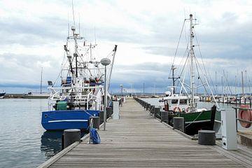 Vissersboten aan het houten dok in de haven van Sassnitz op het eiland Rugen in de Oostzee tegen een van Maren Winter