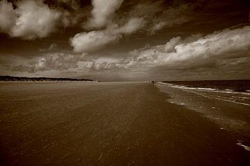 Strand, zee en wolken van Wytze Plantenga