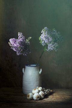 Stilleven met lila seringen en knoflookstreng van Saskia Dingemans