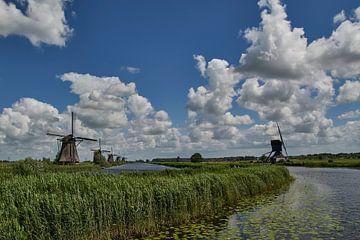 Kinderdijk met typisch Hollands schilderslicht en lucht van Geert van Kuyck