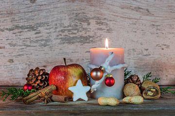 Kerst- en adventsdecoratie met versierde kaarsvlam van Alex Winter