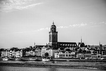 Die Skyline von Deventer in Schwarz-Weiß von Maurits Hagen