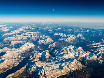 Luchtfoto bij zonsondergang met maan over de Dolomieten van Denis Feiner