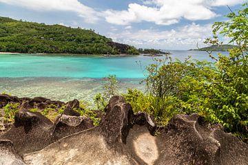 Panoramablick auf eine Bucht auf der Seychelleninsel Mahé von Reiner Conrad